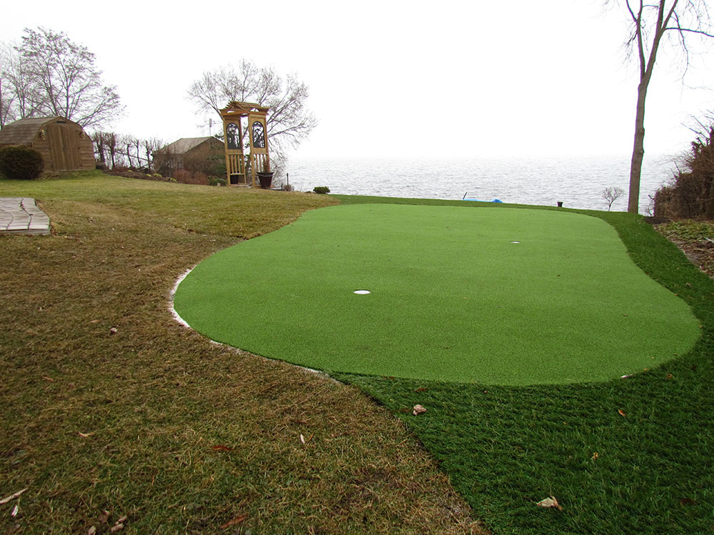 curved-golf-green-near-lake